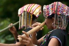 Hilltribe de Khmu que toca la flauta con la nariz. Fotografía de archivo libre de regalías
