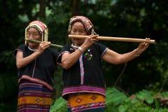 Hilltribe de Khmu que toca la flauta con la nariz. Foto de archivo