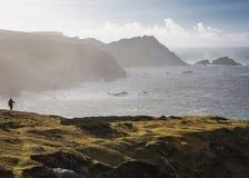Hillwalking in porto spettacolare, sulla costa ovest irregolare del Donegal vicino al villaggio di Gleann Cholm Cille fotografie stock libere da diritti