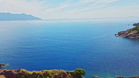 Hilly Coastline e Azure Ocean ilimitada contra o céu azul vídeos de arquivo