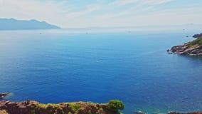 Hilly Coastline y Azure Ocean ilimitada contra el cielo azul almacen de metraje de vídeo
