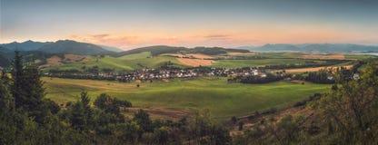 Hilly Landscape bij Zonsondergang Royalty-vrije Stock Afbeelding