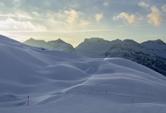 Hilly Mountain Landscape i vinter arkivbilder