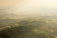 Hilly Valley en verspreid zonlicht Royalty-vrije Stock Foto