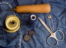hilo, agujas, tijeras, regla de medición, pernos, botones, cosidos Imágenes de archivo libres de regalías