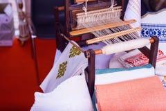 Hilo blanco del telar hecho en casa Imagenes de archivo