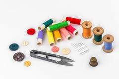 Hilo coloreado con las tijeras en el fondo blanco Foto de archivo libre de regalías