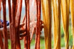 Hilo de algod?n, color de te?ido de la seda natural, de te?ido, usando los materiales naturales tradicionales, hilo multicolor cr imagen de archivo