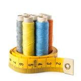 Hilo de coser con la cinta de la medida   Imagen de archivo libre de regalías
