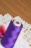 Hilo de coser de los carretes Imagen de archivo