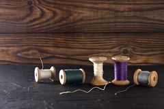 Hilo de coser en bobinas, tela, agujas para coser en fondo de madera Fije para adaptar productos, hacer punto, las aficiones y el Foto de archivo