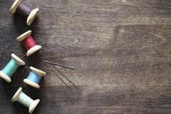 Hilo de coser en un fondo de madera Sistema de hilos en las bobinas Fotografía de archivo libre de regalías