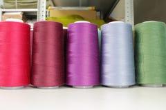 Hilo de coser industrial Imagenes de archivo