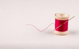 Hilo de coser y aguja Foto de archivo