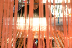 Hilo de seda anaranjado en telar de costura o imágenes de archivo libres de regalías