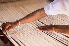 Hilo de seda blanco en telar de costura o Imagen de archivo libre de regalías