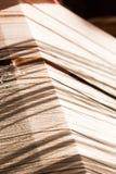 Hilo de seda blanco en telar de costura o Foto de archivo