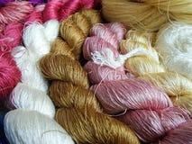 Hilo de seda tailandés para tejer en telar de madera Fotos de archivo libres de regalías