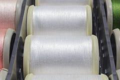 Hilo del algodón para las máquinas de coser Imágenes de archivo libres de regalías