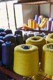 Hilo en una fábrica de la materia textil Foto de archivo libre de regalías