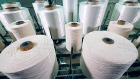 Hilo encanillado en los ovillos grandes en una fábrica de la materia textil almacen de video