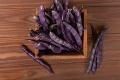 Hilo púrpuras en un fondo de madera Imagen de archivo