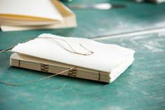 Hilo y papeles en la tabla en fábrica Imagenes de archivo