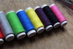 Hilo y tijeras coloreados fotografía de archivo