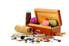 Hilos, botones y tela coloreados. Imagen de archivo libre de regalías