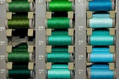 Hilos coloreados en las bobinas fotos de archivo