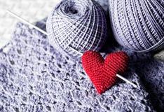 Hilos con el corazón hecho punto hecho a mano rojo Imagen de archivo
