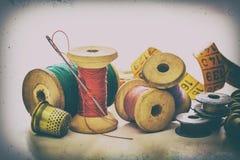 Hilos de coser, bobinas Imagen de archivo libre de regalías