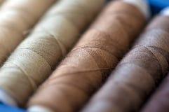 Hilos de coser coloreados Fotografía de archivo libre de regalías