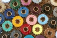 Hilos de coser coloreados Imágenes de archivo libres de regalías
