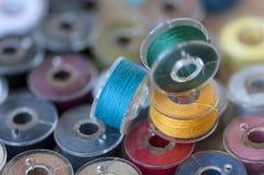 Hilos de coser coloreados Fotos de archivo
