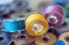 Hilos de coser coloreados Fotografía de archivo