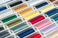 Hilos de coser coloreados Foto de archivo libre de regalías