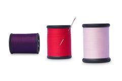 Hilos de coser coloridos fotos de archivo libres de regalías