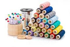 Hilos de coser coloridos y otros accesorios de costura Imagen de archivo libre de regalías