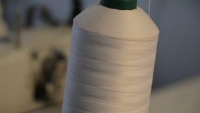 Hilos de coser en el carrete primer Carretes coloridos del hilo en fábrica de la materia textil Tiro de rollos coloridos de lana  almacen de metraje de vídeo