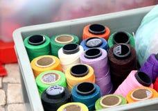 Hilos de coser fijados Fotografía de archivo