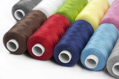 Hilos de coser multicolores Imagenes de archivo