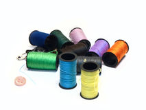 Hilos de coser multicolores y artículos de costura Imágenes de archivo libres de regalías