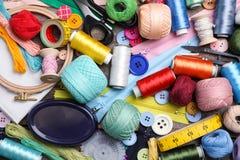 Hilos de coser y accesorios en la tabla Foto de archivo libre de regalías