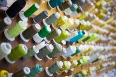 Hilos de costura del verde de la fábrica Imagen de archivo libre de regalías