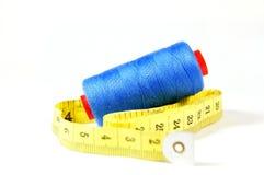 Hilos del azul con la cinta métrica Imágenes de archivo libres de regalías