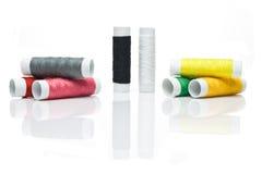 Hilos del color para coser Foto de archivo libre de regalías