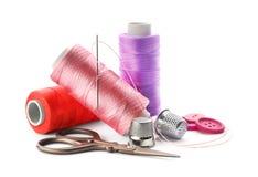 Hilos del color y accesorios de costura Fotografía de archivo