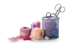 Hilos del color y accesorios de costura Foto de archivo