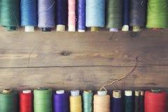Hilos en la tabla de madera Foto de archivo libre de regalías